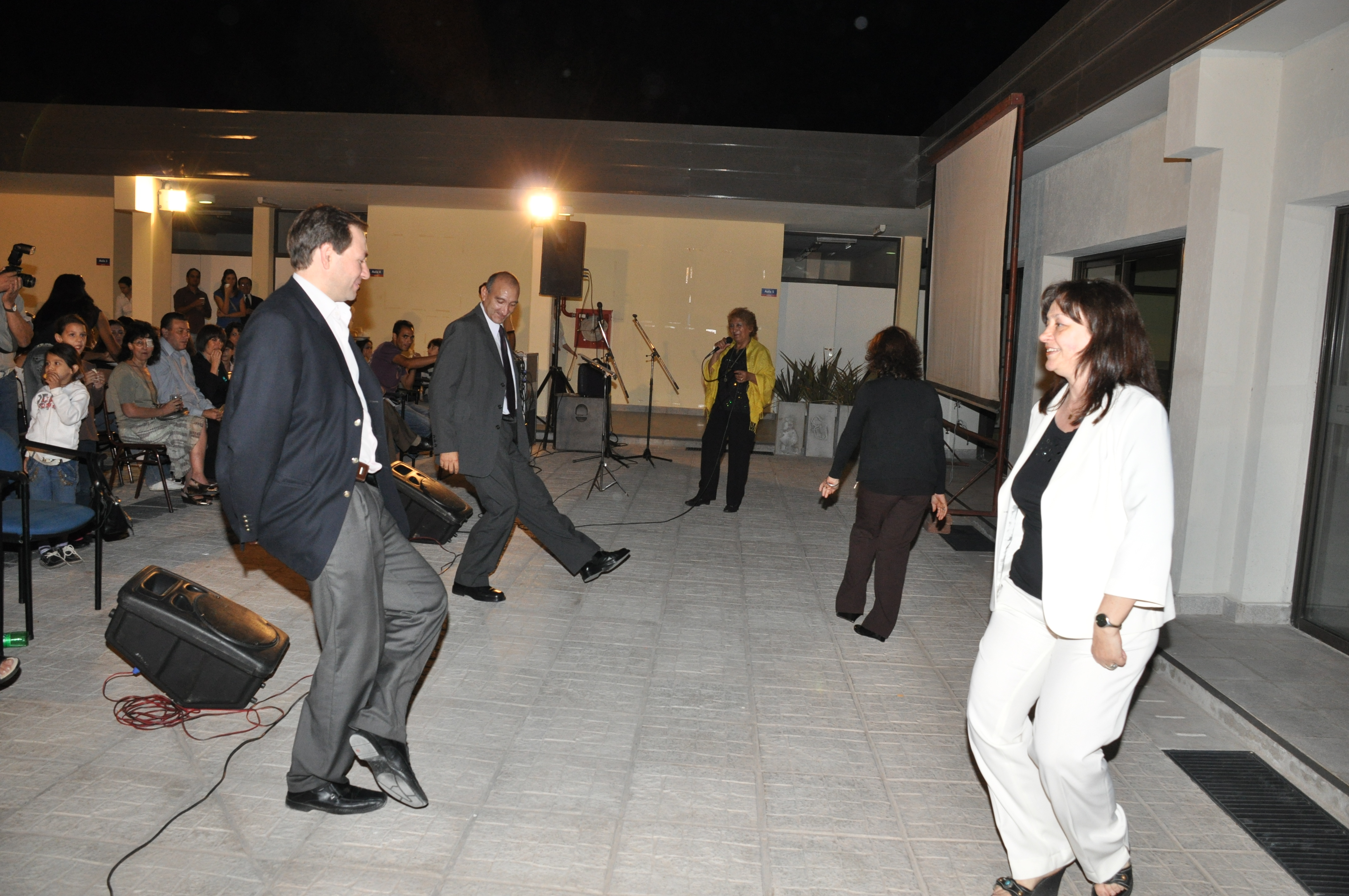 El Sr. Intendente y el Sr. Rector bailando chacarera en la inauguración del IES
